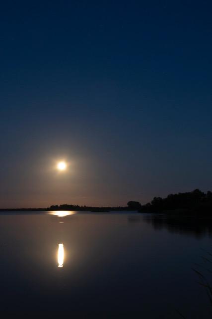 maan boven plas